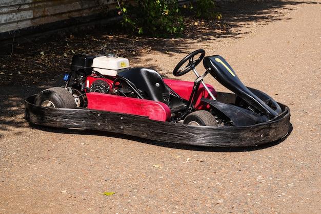 Kart de course rouge sans gros plan de coureur dans un parking d'un circuit pour une course en anneau