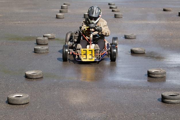 Karting - pilote en casque sur circuit de kart