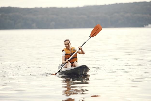 Kayak. une femme dans un kayak. fille pagayant dans l'eau.