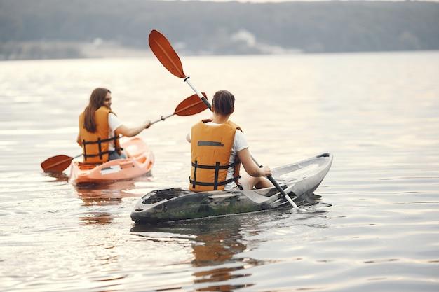Kayak. une femme en kayak. filles pagayant dans l'eau.