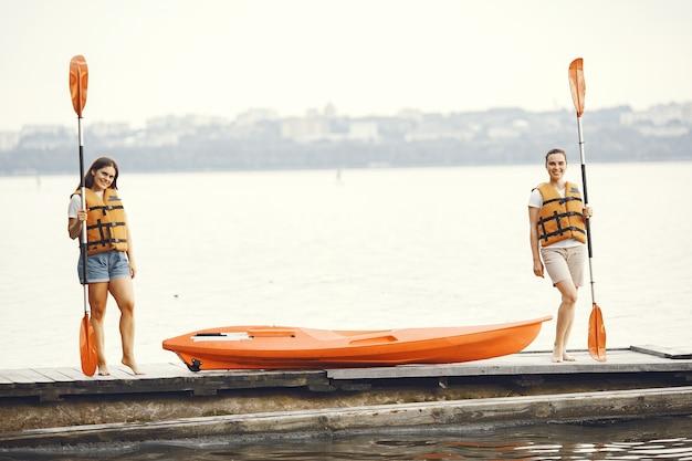 Kayak. une femme en kayak. les filles se préparent à rembourrer sur un lac.