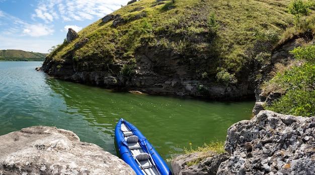 Kayak gonflable sur la rivière