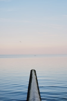 Kayak, humain en kayak rouge au milieu de la mer bleue