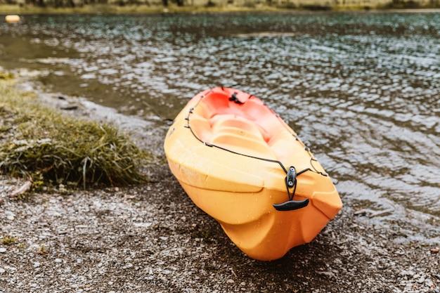Kayak jaune au bord d'un lac