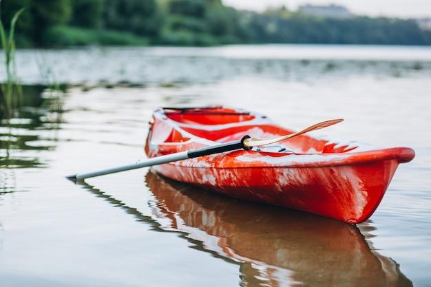 Kayak sur le lac, bateau seul