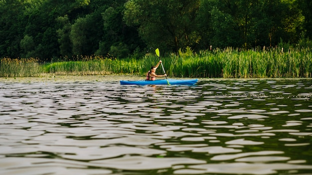 Kayak mâle, à, palette, sur, eau, ondulation, surface
