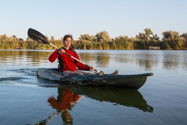 Kayak en rivière en saison estivale