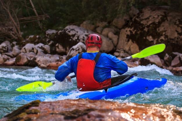 Kayak sur la rivière soca, slovénie