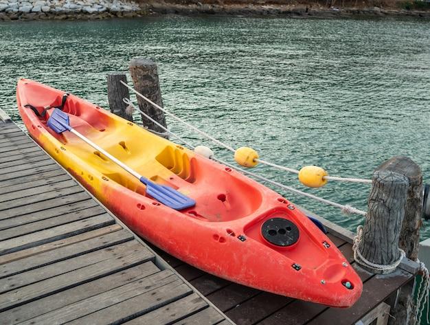Kayak rouge sur un pont en bois