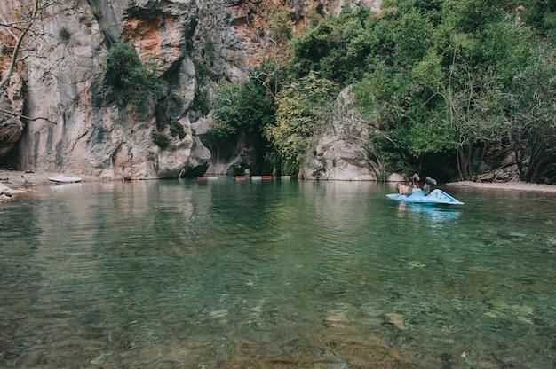 Kayak solitaire dans le canyon goynuk