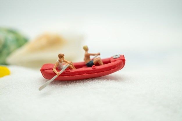 Kayak de voyageurs utilisant comme concept de voyage de fond des affaires été.