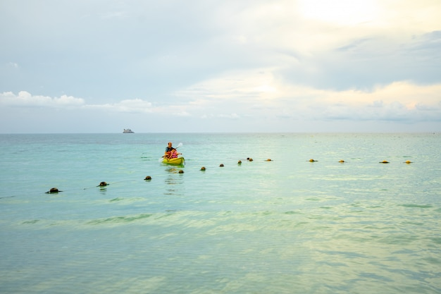 Kayakiste pagayant le kayak dans la mer