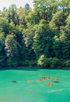 Kayaks sur l'aar. rafting sur l'aar. nageurs à berne
