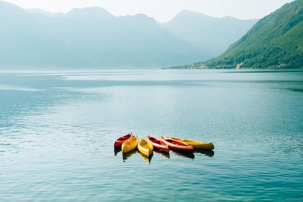 Kayaks amarrés dans l'eau. vider les kayaks sans personnes. dans la baie de kotor, au monténégro.
