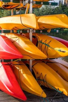 Kayaks colorés sur le lac en plein air un jour d'été.