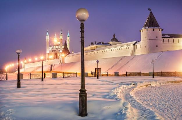 Kazan kremlin dans une soirée d'hiver glaciale