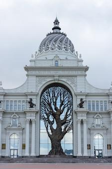 Kazan, russie - 01 octobre 2019 : vue d'automne du palais agricole à kazan. bâtiment du ministère de l'agriculture et de l'alimentation (palais des agriculteurs) à kazan, tatarstan, russie. place du palais.