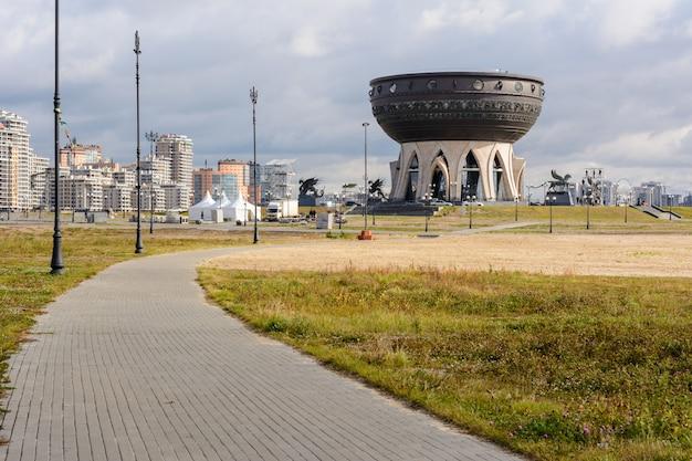 Kazan, russie - 1er octobre 2019 : centre familial et palais de mariage kazan le soir. le principal palais des mariages de kazan et de la république du tatarstan. après le lever du soleil.
