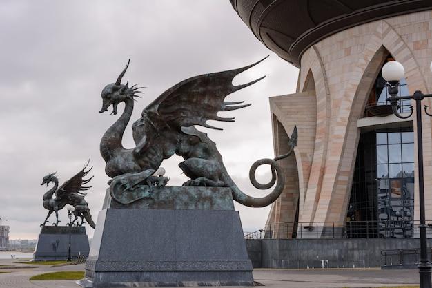 Kazan, russie - 1er octobre 2019 : zilant est une créature légendaire, quelque chose entre un dragon et une wyverne. depuis 1730, c'est le symbole officiel de kazan. palais central des mariages le matin.