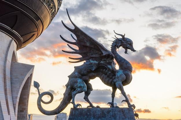 Kazan, russie - 28 septembre 2019 : zilant est une créature légendaire, quelque chose entre un dragon et une wyverne. depuis 1730, c'est le symbole officiel de kazan. palais central des mariages. coucher de soleil.