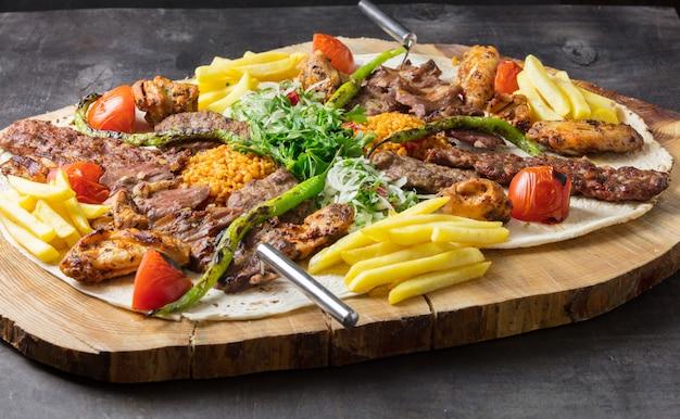 Kebab adana turc aux légumes dans l'assiette