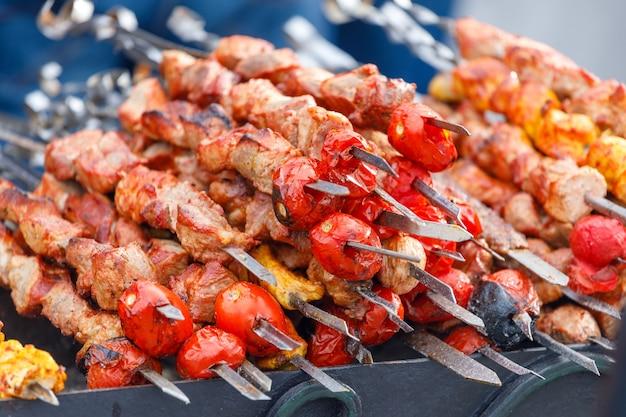 Kebab en brochettes sur le grill. cadre horizontal