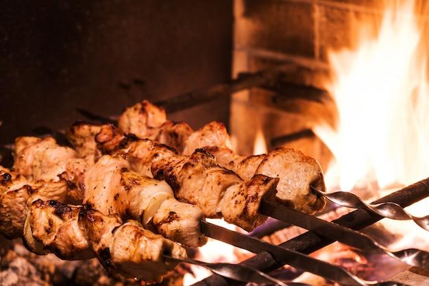 Kebab de dinde sur le grill closeup