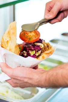 Kebab - doner chaud avec des ingrédients frais