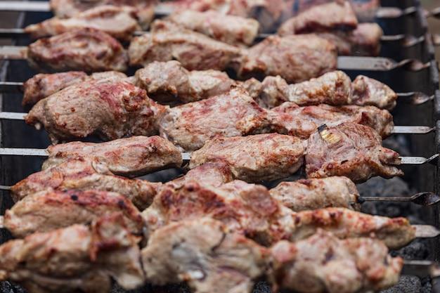 Kebab grillé sur le grill, à l'extérieur