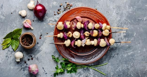 Kebab de légumes aux champignons