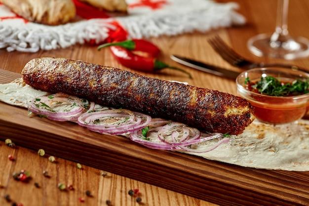 Kebab de lule de poulet aux feuilles d'oignon lavash et satsebeli