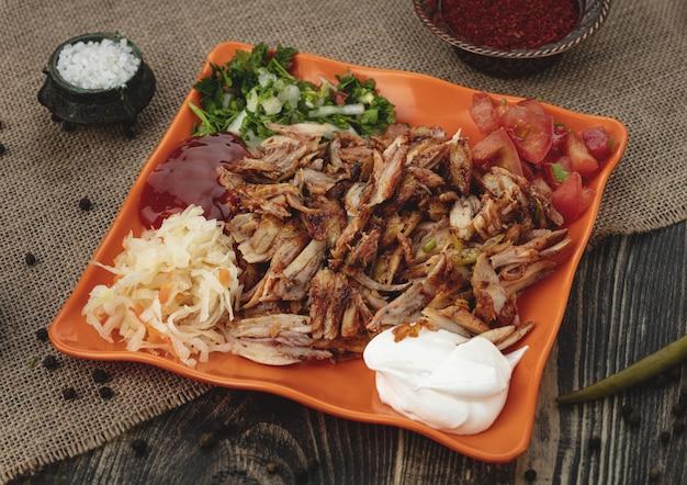 Kebab de poulet turc sur assiette.