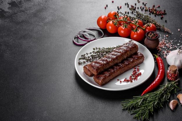Kebab savoureux frais grillé avec des épices et des herbes