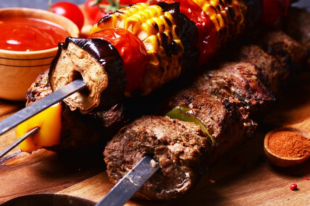 Kebab traditionnel géorgien aux épices et légumes