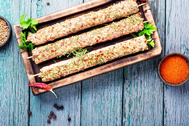 Kebab de viande traditionnelle avec des épices.