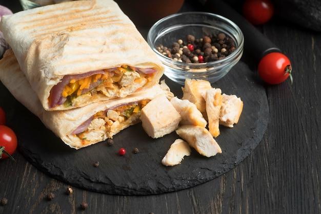 Kebab wrap avec viande et légumes sur table
