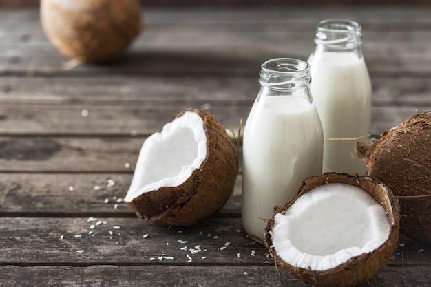 Kéfir de noix de coco en bouteilles sur table en bois. concept d'alimentation saine. boissons fermentées