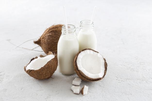 Kéfir de noix de coco dans une bouteille en verre. boisson végétalienne non laitière saine ou fermentée. concept d'alimentation saine