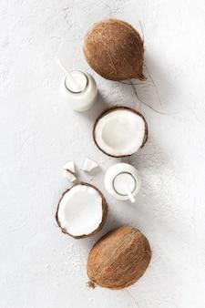 Kéfir de noix de coco dans une bouteille en verre. boisson végétalienne non laitière saine ou fermentée. concept de saine alimentation vue de dessus vue de dessus