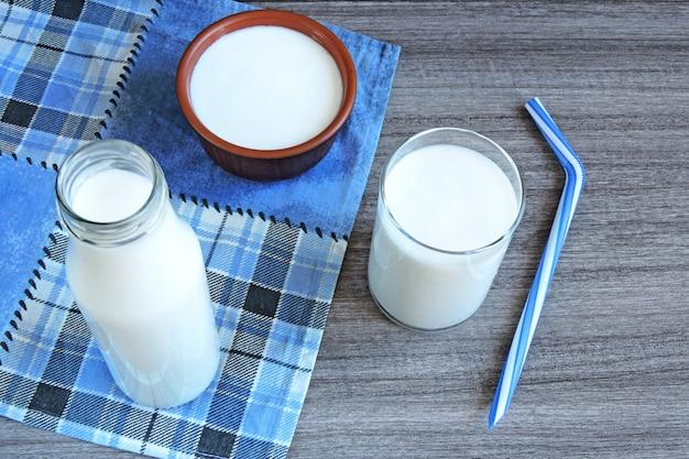 Kéfir. produits laitiers fermentés. probiotiques. produits fermentés blancs.