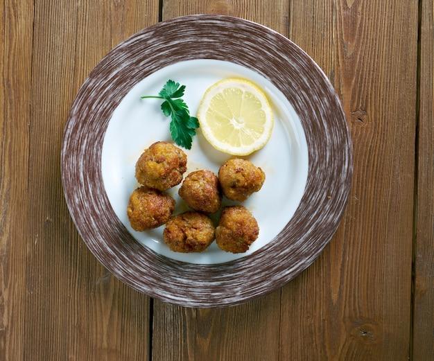 Keftedakia - boulettes de viande grecques cuites au four, repas grec traditionnel