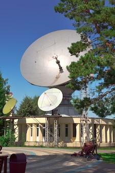 Kemerovo, sibérie, russie -09.01.2021 : antenne parabolique dans le centre-ville sous le ciel bleu