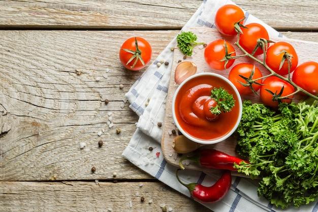 Ketchup et ingrédients sur bois