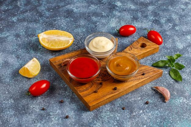 Ketchup maison, moutarde et sauce mayonnaise.