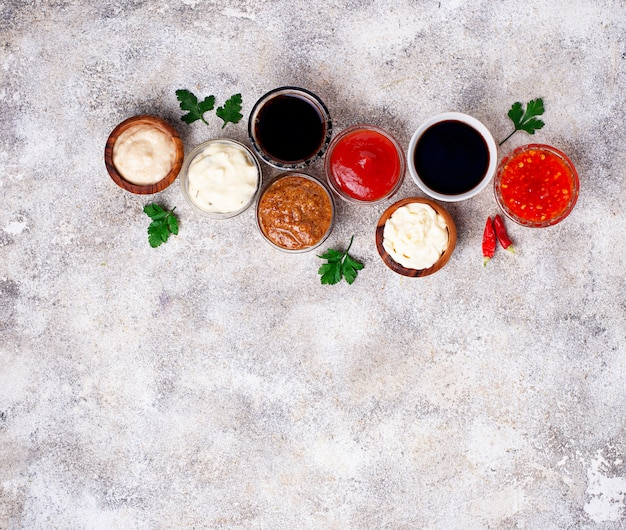 Ketchup, mayonnaise, moutarde, raifort, sauce soja et tartare