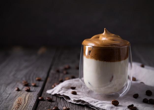 Keto dalgona café fouetté avec du lait dans un verre