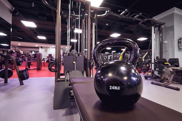 Kettlebell sur fond d'un simulateur dans la salle de gym. intérieur