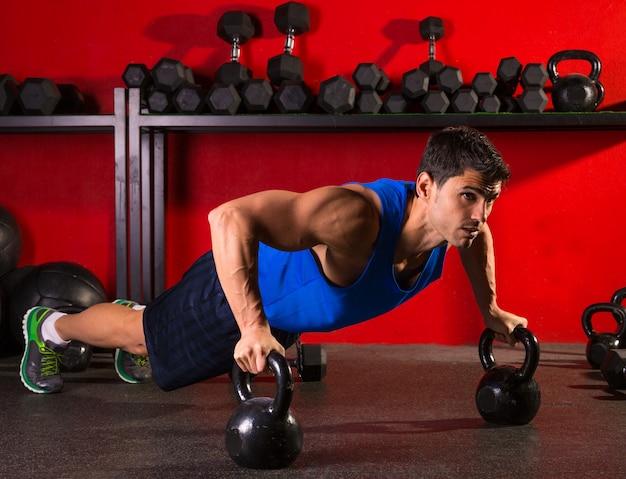 Kettlebells push-up homme force gym séance d'entraînement