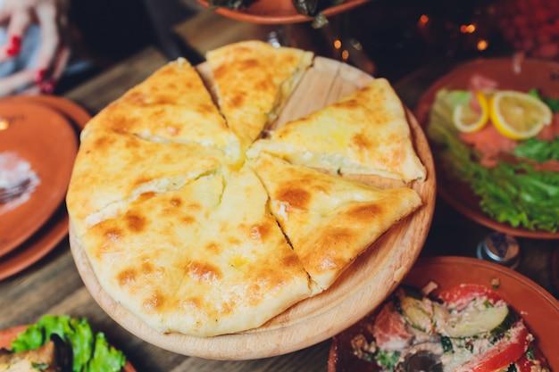Khachapuri imeruli géorgien - cuisine traditionnelle géorgienne. fermer