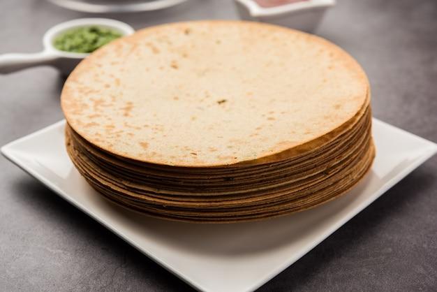 Khakhra est un cracker mince commun dans les cuisines gujarati de l'ouest de l'inde, en particulier chez les jaïns